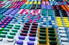 Kleurrijk van tabletten en capsulespil in blaar schikte de verpakking met mooi patroon Farmaceutisch de Industrieconcept Pharm royalty-vrije stock afbeeldingen