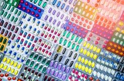 Kleurrijk van tabletten en capsulespil in blaar schikte de verpakking met mooi patroon met gloedlicht farmaceutisch stock fotografie