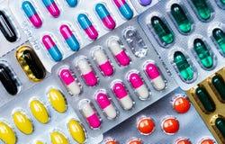 Kleurrijk van tabletten en capsulespil in blaar schikte de verpakking met mooi patroon met gloedlicht farmaceutisch royalty-vrije stock afbeelding