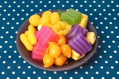 Kleurrijk van Thaise gestoomde laagcake in kubus en gebraden gebakje Gol Royalty-vrije Stock Afbeeldingen