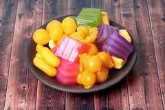 Kleurrijk van Thaise gestoomde laagcake in kubus en gebraden gebakje Gol Stock Afbeeldingen