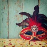 Kleurrijk Venetiaans maskerademasker Selectieve nadruk Gefiltreerde wijnoogst Stock Foto
