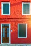 Kleurrijk venster van een huis op het Venetiaanse Eiland Burano, Ven royalty-vrije stock afbeeldingen