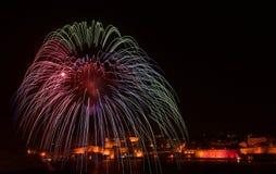 Kleurrijk verbazend vuurwerk in Valletta, Malta met stadsachtergrond, Malta, stads silhouete achtergrond, het vuurwerkfestival va Stock Afbeelding