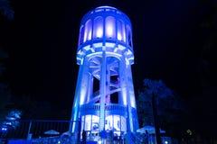Kleurrijk verlichte water-toren - 4 Blauw royalty-vrije stock foto's