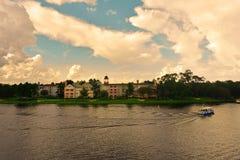 Kleurrijk Victoriaans stijlhotel, watertaxi op blauwe hemel bewolkte achtergrond in Disney-de Lente, het Uitzicht van Meerbuena stock afbeeldingen