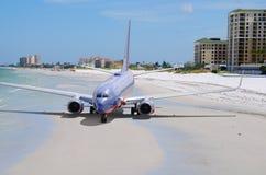 Kleurrijk vliegtuig dat een vakantie van de strandonderbreking neemt royalty-vrije stock afbeeldingen
