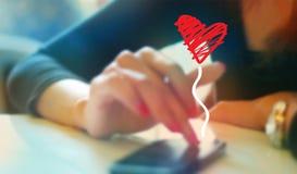 Kleurrijk vrouwen speelpraatje met vriend op mobiele telefoon, zacht en onduidelijk beeldconcept Stock Afbeelding