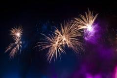 Kleurrijk vuurwerk bij nacht in de zwarte hemel royalty-vrije stock fotografie