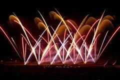 Kleurrijk vuurwerk bij nachthemel Royalty-vrije Stock Fotografie