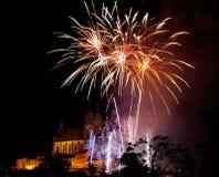 Kleurrijk vuurwerk boven kerk Royalty-vrije Stock Foto's