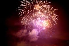 Kleurrijk vuurwerk in de nachthemel Royalty-vrije Stock Foto's