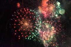 Kleurrijk vuurwerk in de nachthemel Stock Afbeeldingen