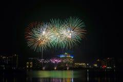 kleurrijk vuurwerk dichtbij rivier Stock Foto's