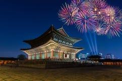 Kleurrijk vuurwerk en Gyeongbokgung-paleis bij nacht in Seoel, S royalty-vrije stock foto's
