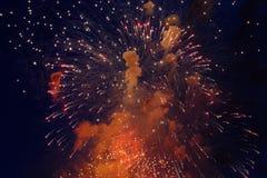Kleurrijk vuurwerk op de donkere achtergrond van de nachthemel Vakantielicht Royalty-vrije Stock Afbeeldingen