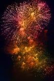 Kleurrijk vuurwerk op de donkere achtergrond van de nachthemel Vakantielicht Royalty-vrije Stock Fotografie