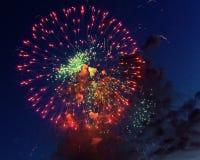 Kleurrijk vuurwerk op de donkere achtergrond van de nachthemel Vakantielicht Royalty-vrije Stock Foto