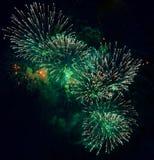 Kleurrijk vuurwerk op de donkere achtergrond van de nachthemel Vakantielicht Stock Fotografie