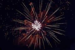 Kleurrijk vuurwerk op de donkere achtergrond van de nachthemel Vakantielicht Stock Afbeelding