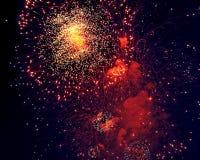 Kleurrijk vuurwerk op de donkere achtergrond van de nachthemel Vakantielicht Stock Foto