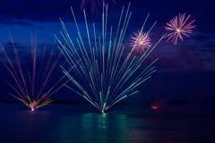 Kleurrijk vuurwerk op de zwarte hemel Royalty-vrije Stock Foto
