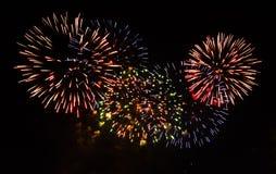 Kleurrijk vuurwerk op de zwarte hemel Stock Foto's