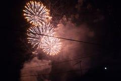 Kleurrijk vuurwerk op de zwarte hemel Stock Foto
