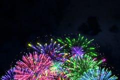 Kleurrijk vuurwerk op middernacht blauwe hemel Royalty-vrije Stock Foto's