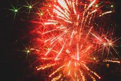 Kleurrijk vuurwerk over een nachthemel Royalty-vrije Stock Fotografie