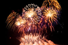 Kleurrijk vuurwerk over nachthemel Royalty-vrije Stock Foto's