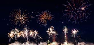 Kleurrijk vuurwerk over nachthemel Stock Fotografie