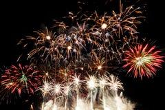 Kleurrijk vuurwerk over nachthemel Royalty-vrije Stock Afbeeldingen