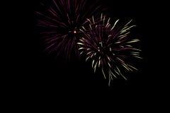 Kleurrijk vuurwerk tegen een zwarte achtergrond 5 Royalty-vrije Stock Foto's