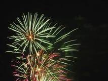 Kleurrijk vuurwerk van divers kleurenlicht omhoog de nachthemel Stock Fotografie