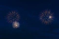 Kleurrijk vuurwerk van diverse kleuren over nachthemel Stock Foto