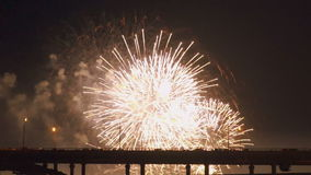 Kleurrijk vuurwerk van diverse kleuren over nachthemel stock footage