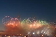 Kleurrijk vuurwerk van diverse kleuren over nachthemel royalty-vrije stock afbeelding