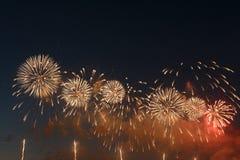 Kleurrijk vuurwerk van diverse kleuren over nachthemel royalty-vrije stock foto's