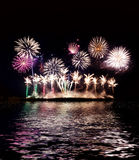 Kleurrijk vuurwerk van diverse kleuren over nachthemel, vuurwerk o Stock Fotografie