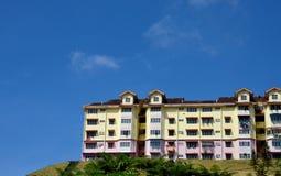 Kleurrijk woonflatgebouw op heuvelhoogten Cameron Highlands Malaysia royalty-vrije stock afbeeldingen