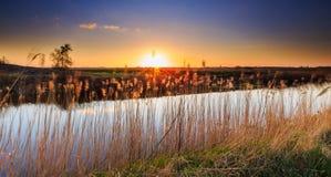 Kleurrijk zonsonderganglandschap stock afbeeldingen