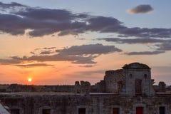 Kleurrijk zonsonderganglandschap in oude militaire fortruïnes stock afbeeldingen