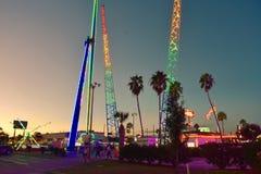 Kleurrijke aantrekkelijkheden en palmenbomen op mooie zonsondergangachtergrond in Kissimmee-gebied stock foto