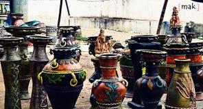 Kleurrijke aarden potten Stock Afbeeldingen