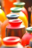 Kleurrijke aarden vaas die in te drogen zon wordt gehouden stock fotografie