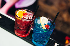 Kleurrijke aardige cocktails gediend met mooie bokeh Stock Foto's