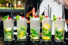 Kleurrijke aardige cocktails gediend met mooie bokeh Stock Fotografie