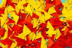 Kleurrijke abstracte geometrische achtergrond met driehoekige document vormen royalty-vrije stock fotografie