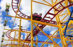 Kleurrijke achtbaan met vervoer Stock Fotografie